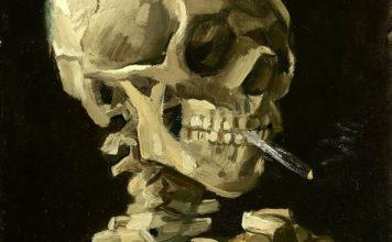 骷髅头和燃烧的香烟