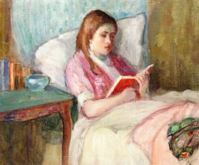 躺在床上看书的年轻女子